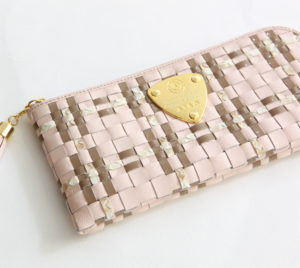 20代女性に似合う「アタオ」の長財布