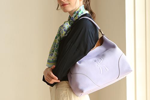 50代女性はオシャレの差し色としてオトナ可愛いバッグを持とう