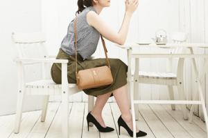 40代の女性が休日や、ちょっとしたイベントのコーデにはワンポイントのオシャレバッグを持ちましょう