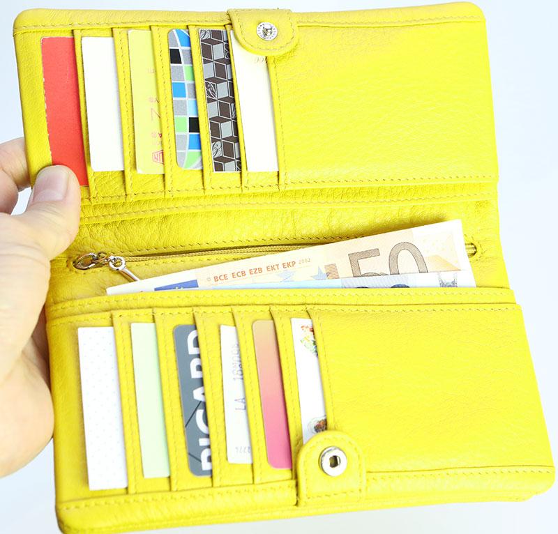 カードやお札がたっぷり入る大容量の長財布が使いやすい大容量の長財布