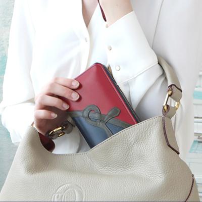 バッグの隙間などに入れやすい大容量でスリムな長財布