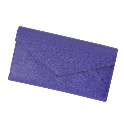開け閉めが簡単でさっと取り出せる、大容量の使いやすいかぶせ蓋(ふた)長財布