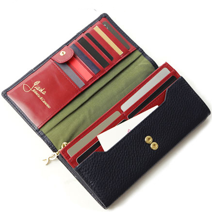 見た目もスマートで、お金の出し入れをする姿が美しく優雅に見える長財布