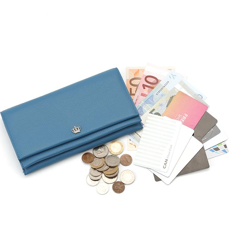 カードやお札がたっぷり入る大容量の長財布が使いやすい